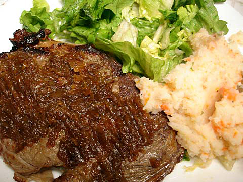 caramelized-onions-on-steak